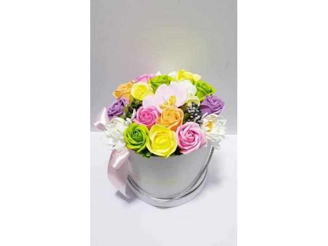 Aranjament cu flori de sapun in cutie cilindrica de carton alba